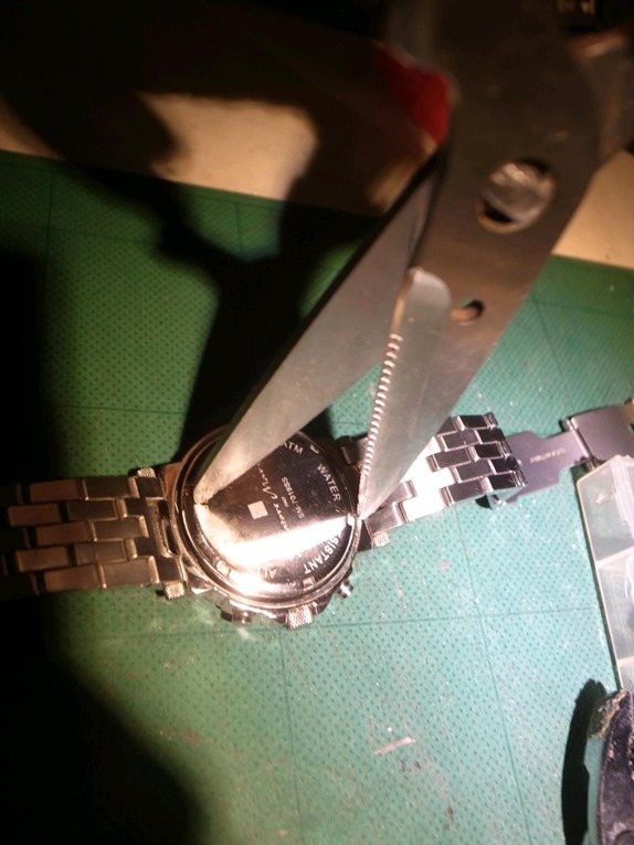 時計の裏蓋を開ける