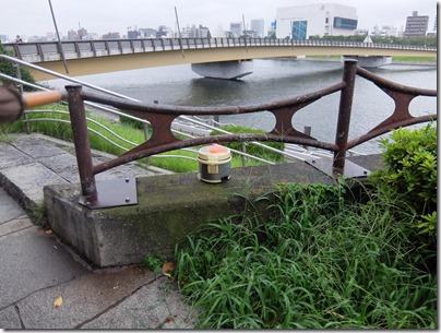 橋の上にジャー